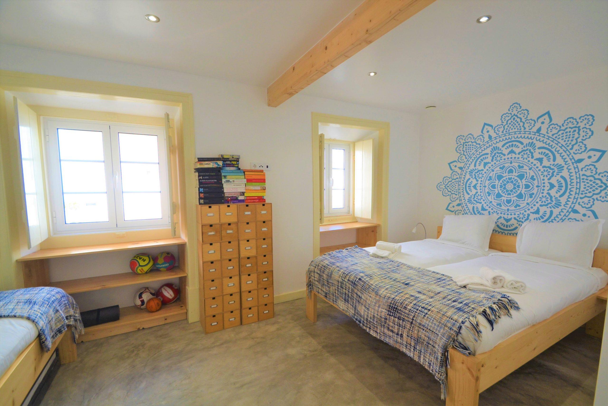 Quarto com 4 camas singulares/ Bedroom with 4 single beds
